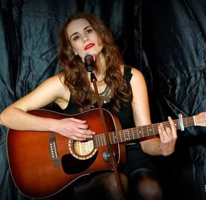 Aline Jolyne - chanson française - anglaise - variétés